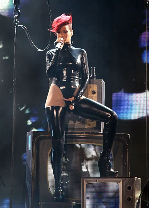 rihanna-perform-at-last-girl-on-earth-tour-2010-in